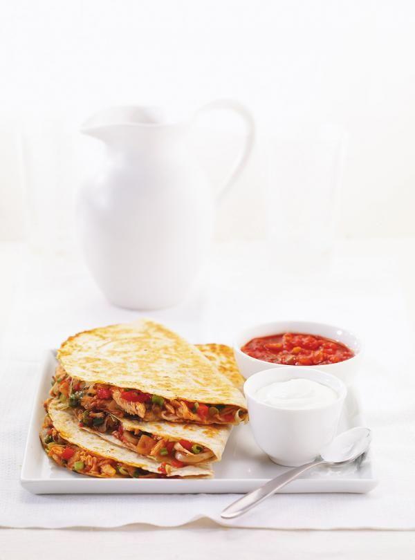 Recette de quesadillas de poulet. Recette de Ricardo au poulet. Rendement: 8 quesadillas. Répartir le mélange de poulet sur le fromage, refermer les tortillas.