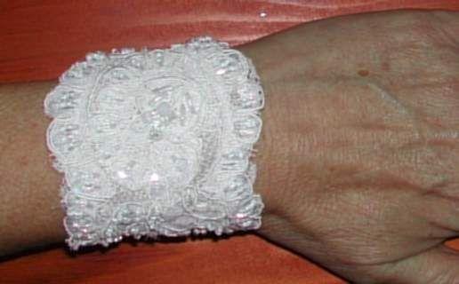 Kanten armband versierd met parels en kraaltjes.