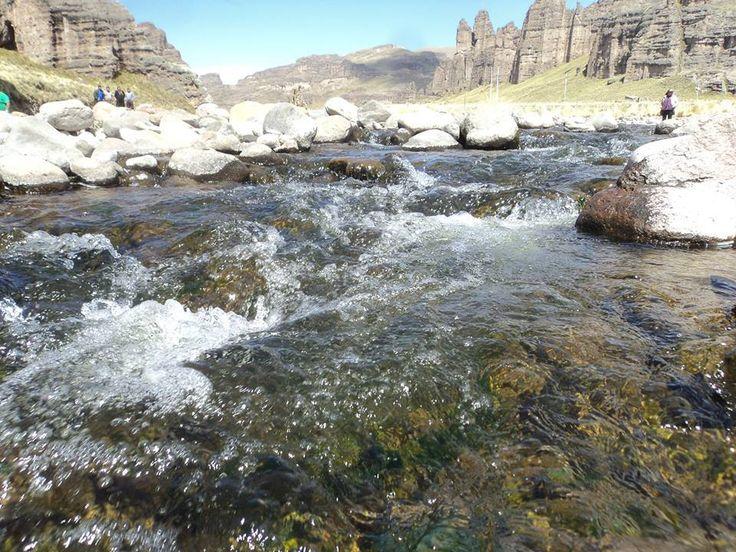 El río Chillihuas, es micro afluente al río Huenque, está rodeado de rocas rodantes y presencia de flora de algas y trucha en época de lluvias.   Al fondo se aprecia el Cañon de Chillihuas.