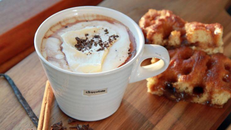 Varm sjokolade med vanilje og kanel -  Hold hendene rundt en kopp varm sjokolade. Det gjør den kalde vinterdagen mye bedre.