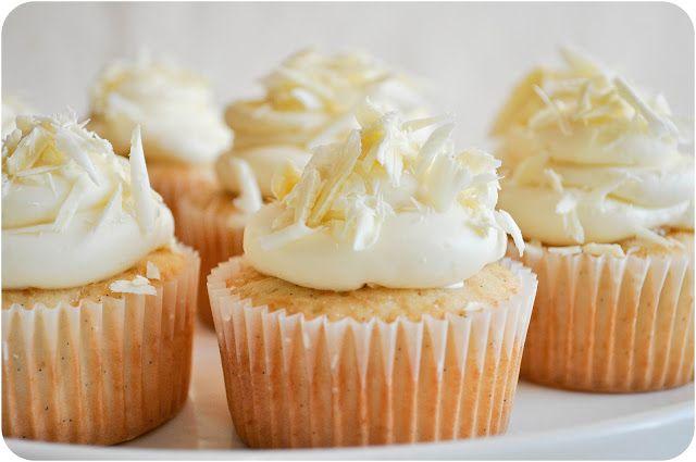 cupcake al cioccolato biancoNGREDIENTI      o 100g di cioccolato bianco     o 220g di farina     o 1 uovo     o 70ml di olio di semi     o 120g di zucchero     o 100ml di latte     o 1 bacca di vaniglia o aroma     o 1 bustina di lievito per dolci