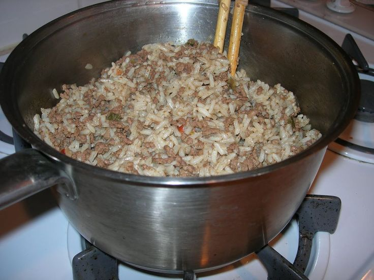 Popeyes Cajun Rice - Copycat - be sure to click on Share to save this to your wall. To print, click on the link.       Ingredients  1 lb lean ground beef  1/2 cup finely diced bell pepper  1/3 cup diced green onion  1/2 teaspoon garlic powder  1/2 teaspoon dried celery flakes  1 teaspoon creole seasoning  1/4 teaspoon ground red pepper  4 cups long grain rice, cooked and drained  1/4-1/3 cup water  1/4 teaspoon black pepper