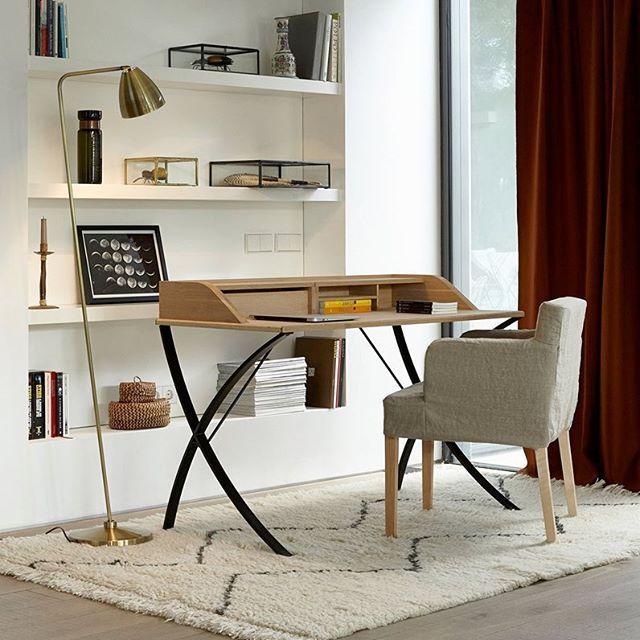 En combinant métal et chêne massif, le bureau Epitre crée un espace de travail dans l'air du temps, aux lignes sobres et pures. #deco #ampm
