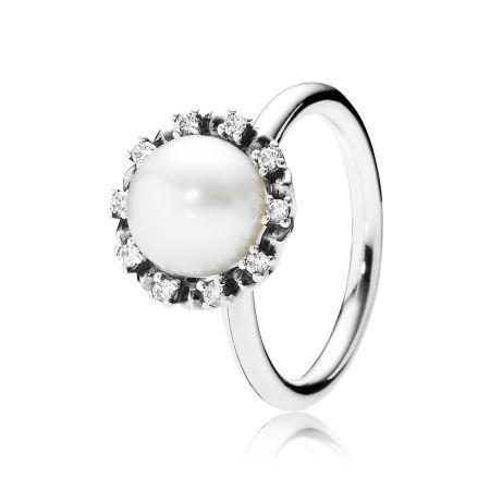 Inspirado na elegância vintage, o design romântico deste anel com uma grande pérola cultivada em água doce e um arco de 10 zircônias brilhantes realça qualquer produção.
