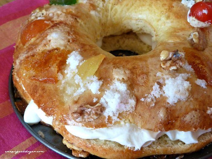 ROSCÓN DE REYES CON PANIFICADORA para 8 personas.  INGREDIENTES  600g de harina de fuerza  2 huevos  60 ml de agua de azahar  150 ml de leche tibia  100g de mantequilla en pomada  la ralladura de un limón ( sin lo blanco)  150g de azúcar  50g de levadura fresca ( tipo Levital)  1 Pizca de sal  Para la decoración:  1 huevo batido  frutas escarchadas  almendras o nueces  azúcar con unas gotas de agua  (sigue leyendo en el enlace)