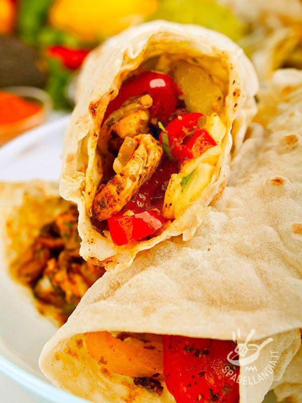 Le Fajitas di pollo alla messicana sono una ricetta grazie alla quale porterete in tavola una ventata di esoticità e allegria: facili e veloci da preparare. #fajitasdipollo