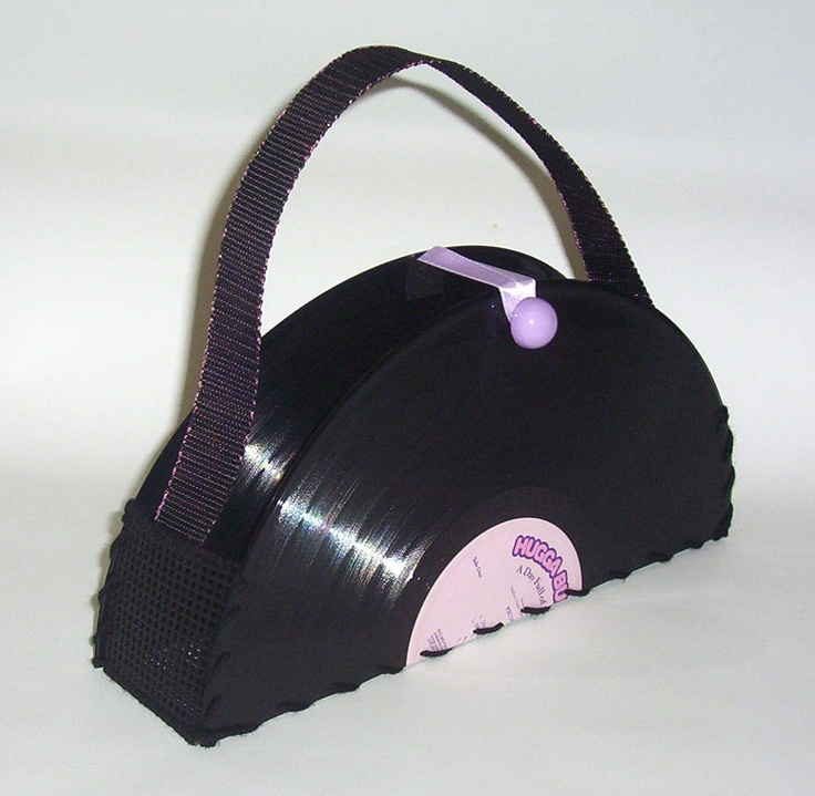 Another great idea to recycle damaged records.Crafts Ideas, Damaged Records, Smarties Article, Vinyls Purses, Strange Things, דברים שאהבתי, Recycle Crafts, Recycle Damaged, Recycle Art