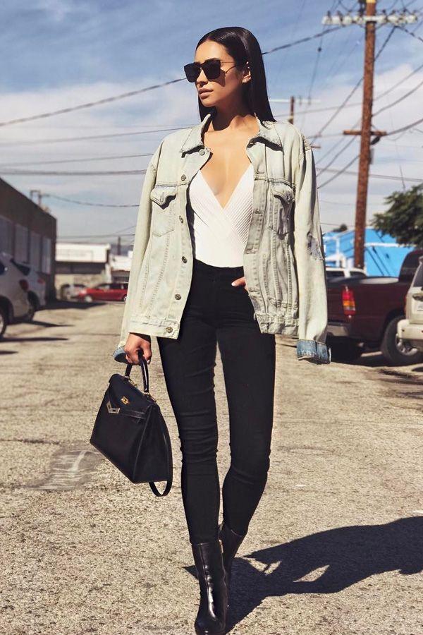 Shay Mitchell usa body com calça skinny e jaqueta jeans