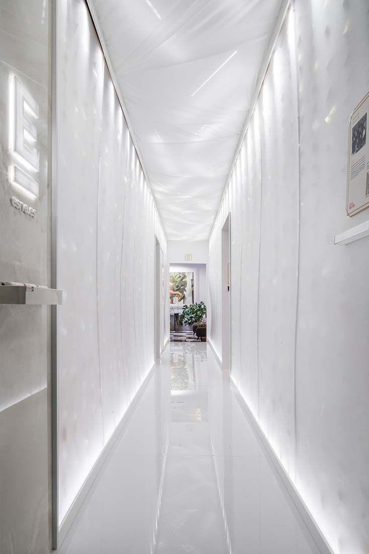 Pasillo Decorado Por La Escuela Universitaria De Diseño Pasillos Disenos De Unas Diseño De Interiores