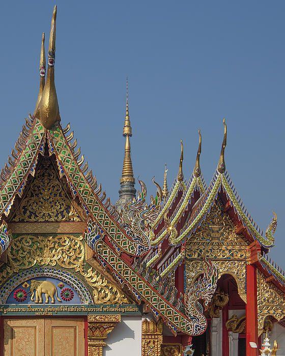 2013 Photograph, Wat Ban Ping Phra Ubosot and Phra Wihan Gable Peak and Chofah, Tambon Sri Phum, Mueang Chiang Mai District, Chiang Mai Province, Thailand, © 2013.  ภาพถ่าย ๒๕๕๖ วัดป้านปิง ยอดหน้าจั่วพ และ ช่อฟ้า พระอุโบสถ และ พระวิหาร ตำบลศรีภูมิ เมืองเชียงใหม่ จังหวัดเชียงใหม่ ประเทศไทย