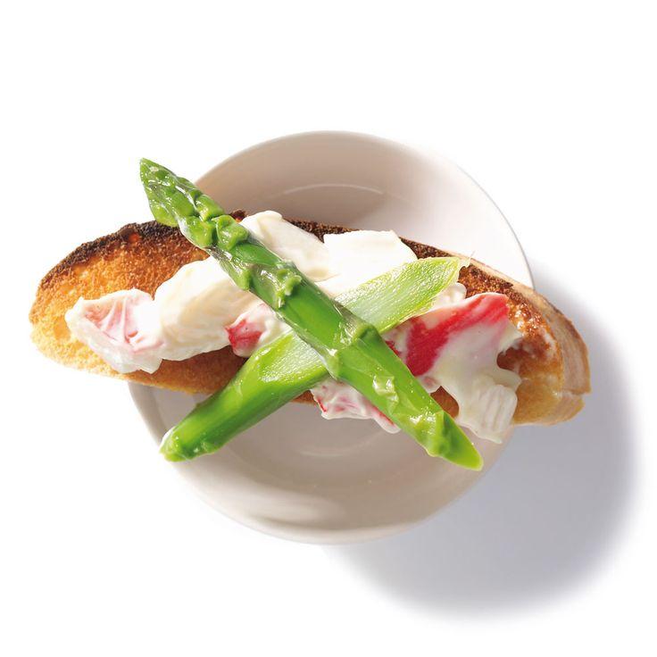 Crostini met groene asperges en krabsalade