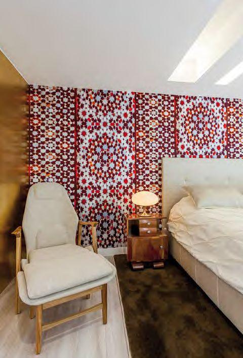 El mobiliario en tonos crudos armoniza con los paneles de madera tapizados con papel de colgadura de seda que aportan un gran dinamismo al espacio.