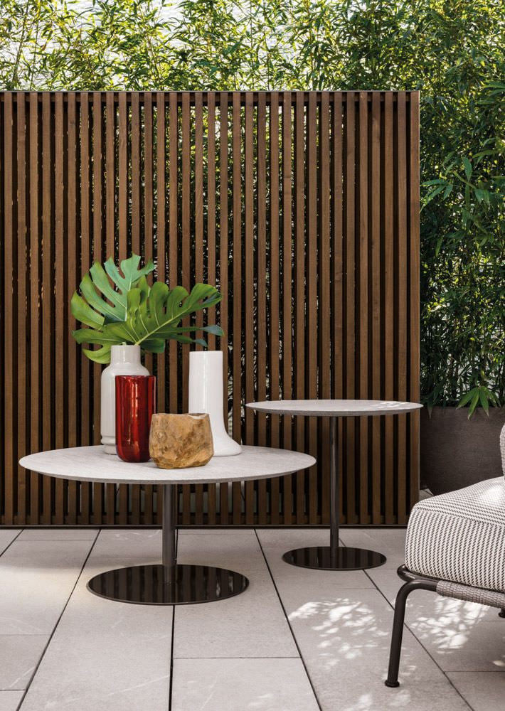 Contemporary garden round table with vertical fence
