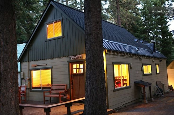 Cabin in Tahoe City, United States. Welcome! Our renovated cabin is located just three blocks from  Lake Tahoe and is close to all the best restaurants, shopping, ski resorts and beaches. Plus, there is a homeowner's association beach area you'll have access to.   ***NOTE*** The rat...