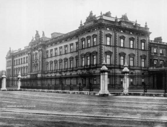 1888: London Royal residence, Buckingham Palace, as it appeared before its present-day facade was added. (Photo by London Stereoscopic Compa...