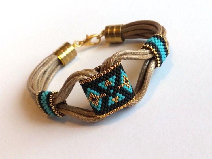 Bracelet en cuir tribal boho. Bracelet, bracelet hippie. Bijoux de gitane est merveilleux bracelet aztèque. Peyote bijoux est fait à la main bracelet tribal avec miyuki perlé. Bracelet Gypsy est idées cadeaux merveilleux et d'anniversaire, cadeau de Noël ou vous-même ou vos proches. Bracelet peyote de bijoux Bohème avec cordon simili cuir de couleur naturelle.  Beau tribal bracelet en cuir est fait à la main bijoux. Ce bracelet hippie est utile et beau.  CARACTÉRISTIQUES DE LARTICLE : Ce…