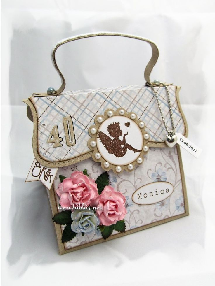 Veskekort til en jubilant i kraftkartong og Maja Design ark. Pyntet med roser, blader, charms, blonder og perler.                   ...