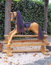 Gunghäst i polerad furu med bork färg och svart man och svans läder sadel