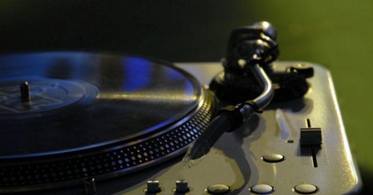 Como conectar um toca-discos a um receptor sem entrada Phono. Se você adora o som do vinil ou, simplesmente não quer se desfazer de sua coleção de discos antigos, precisa de um toca-discos. Porém, nem todos os receptores modernos são projetados para se conectarem a esse aparelho. Se o seu é um desses, é possível dar um jeito na situação.