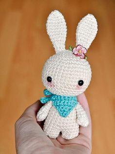 Precioso Conejo Amigurumi - Patrón Gratis en Español aquí: http://es.dawanda.com/ideas-diy/ganchillo/como-hacer-conejo-amigurumi