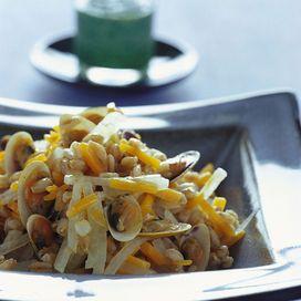Ingredienti350 gr di farro2 carote4 ravanelli bianchi e 4 rossi125 gr di lattughinoolio extravergine500 gr di telline1/2 bicchiere di vinoaglioBollite il farro insieme a 2 carote tagliate a fiammifero