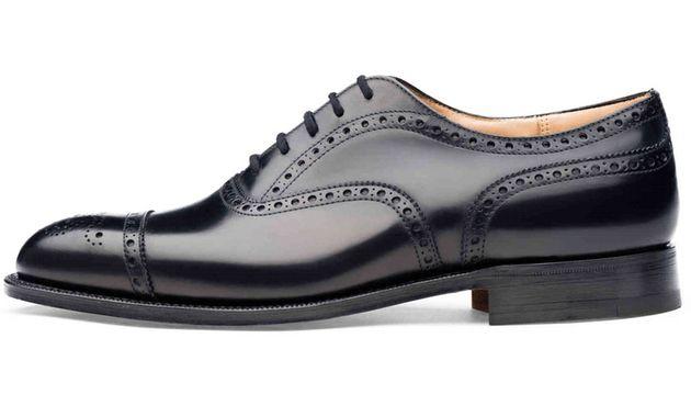 男前研究所の記事内でも再三「おしゃれは足元から」と靴の重要性を発信させて頂いていますが「革靴の選び方」について明確なポリシーを持っているという方は少数派なのではないでしょうか?東京都内で男性の足元を観察していてもカッコいい革靴を履いている人はごく少数派です。今回は良い靴に出会うためにおさえておきたい「革靴選びのコツ」を紹介していきたいと思います。※本格革靴にこれからチャレンジする人向けに書いていますので、革靴フリークの方にとっては当たり前のお話が多いかもしれません。 「スーツにお金をかける前に革靴にお金をかけよう」【革靴 選び方1】 m.sumally.com ビジネスマンの身だしなみに必須のアイテムと言えば「スーツ」と「革靴」。予算が限られているとすれば、お金をかけるべきなのは間違いなく革靴です。 理由①「革靴の良し悪しが着こなし全体の印象を決める」 「たとえスーツが安物でも革靴が一流であればスーツさえ高級に見える。ただし逆はない。」というのは紳士の間では伝統的に真理として語られています。 理由②「名刺の肩書きよりも革靴が見られる!?」 pakutaso…