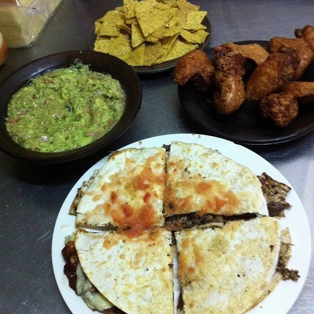 TABLA MEXICANA INCLUYE: QUESADILLA FAMILIAR MIXTA, GUACAMOLE CON NACHO Y MEDIA DOCENA DE ALITAS TAN SOLO POR $ 9990