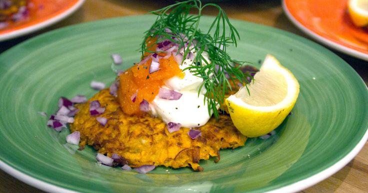 Vackra rårakor på sötpotatis serveras me Kalix löjrom samt crème fraiche, finhackad rödlök och citron.