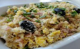 Receita de farofa à brasileira com presunto, azeitonas, salsa e farinha de mandioca...oooooooo!!!! que gostosooooo! Eu QUERO!!!!