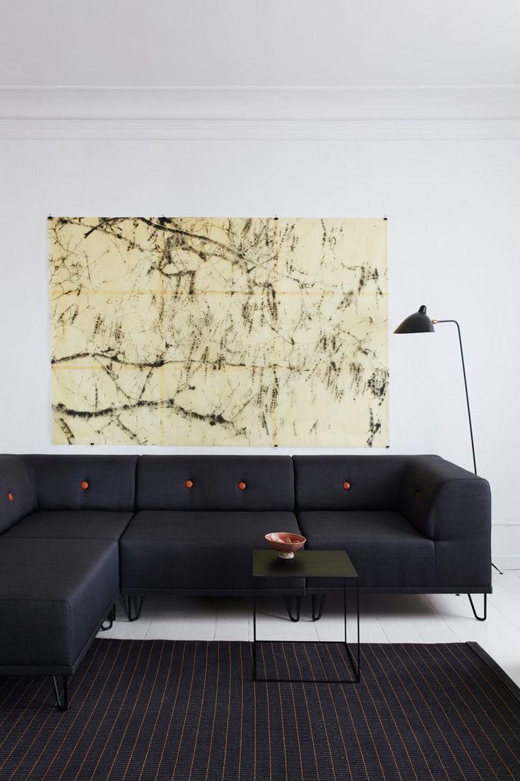 Stue med sofa fra Formel A, Serge Mouille-lampe, bod fra By Lassen og tepe fra Woodnotes.