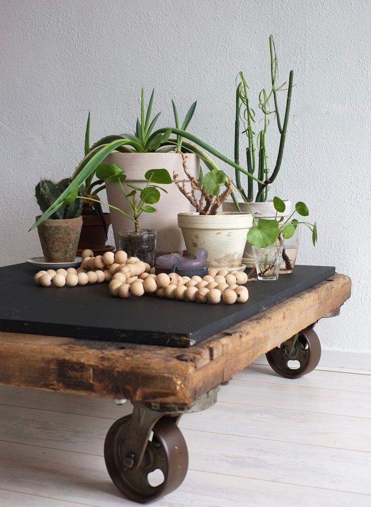 Welke bijzettafel past nu goed bij jouw interieur? Dat is een persoonlijk iets. Vind jij het fijn om een grote centrale koffie tafel voor de bank te hebben?