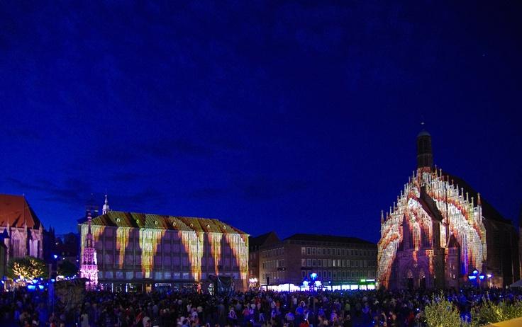"""Unter dem Motto """"Himmelsstürmer"""" erstrahlt auch 2013 die Nürnberger Altstadt in blau. - Letztes Jahr war das Motto der Blauen Nacht """"Meisterhaft"""""""