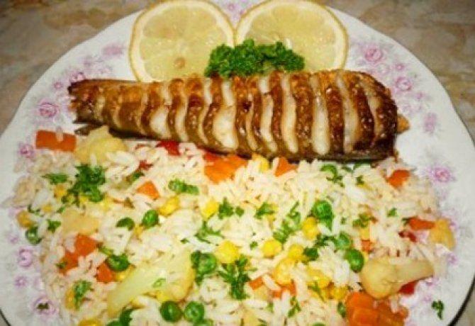 Sült hekk rizzsel