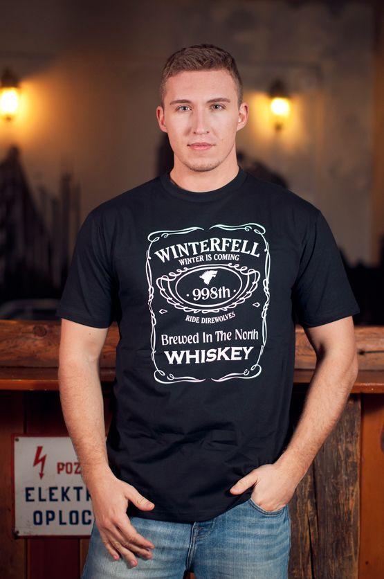 T-shirt Winterfell Whiskey Dit rechte model T-shirt voor mannen is gemaakt van voorgekrompen ringgesponnen katoen en heeft een opdruk van het Jack Daniels Whiskey etiket met ingrediënten uit de HBO TV serie 'Games of Thrones'. De hoge kwaliteit en goede verwerking zijn zichtbaar in de dubbele naden aan de mouwen en de zoom en de tweevoudig gelegde kraag in 1X1 ripp.
