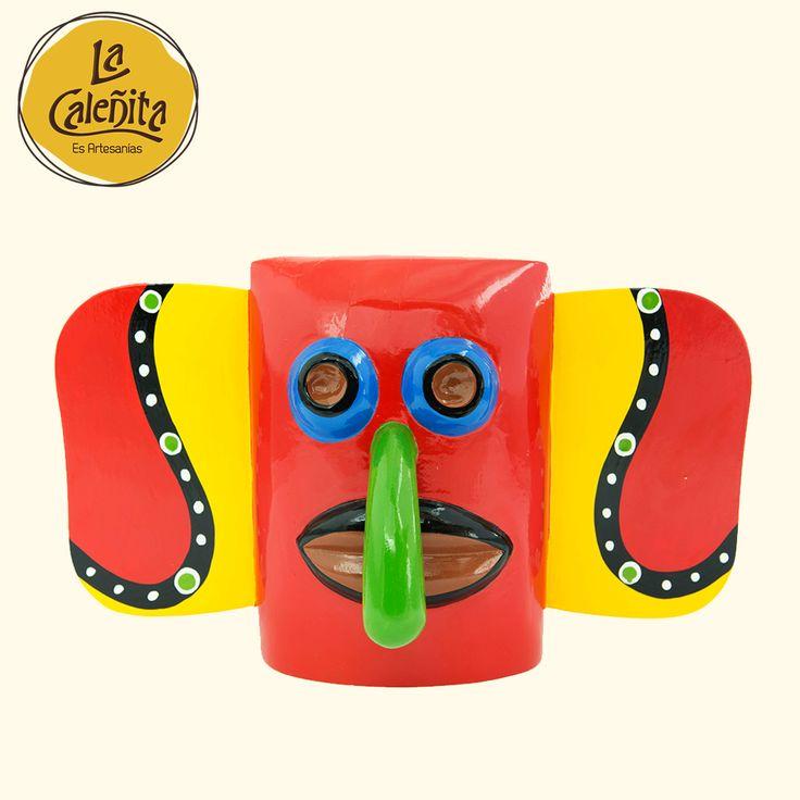 Entre las creaciones de un artesano de carnavales, están nuestras máscaras con símbolos característicos del Carnaval de Barranquilla, hechas con madera tallada y una labor tanto minuciosa como delicada, ya que los detalles hacen la diferencia. ¿En dónde decorar tus interiores con ellas? Las puedes colgar en la pared o insertadas en un pedestal a modo de escultura.  #ArtesaniasTipicasDeColombia #ArtesaniasYDecoracion #LaCaleñita