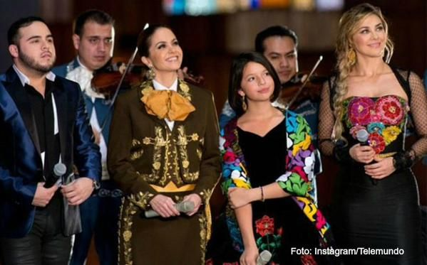 Super Fan » Video: Lucero y Aracely Arambula le cantan a La Virgen de Guadalupe