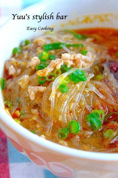 วุ้นเส้นต้มยำของไทยเอง 一般的に、ご飯1杯のカロリーは約200kcalといわれていますが、それに対して緑豆春雨は1食約35kcalと、実にヘルシーな食材なんです。簡単にできる春雨レシピをご紹介いたします。