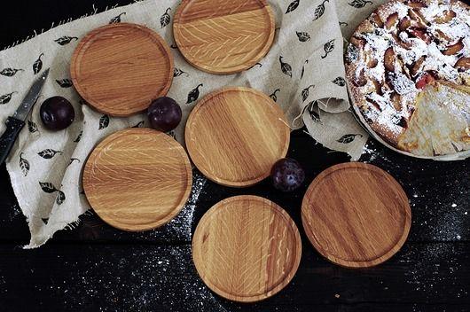 Ręcznie robiona podstawka/talerzyk ze szlachetnego starego dębu. Przepięknie usłojonaZaimpregnowana naturalną mieszanką wosków i olei, może mieć kontakt z żywnością. Sprawdzi się zarówno w kuchni, jadalni jak i w biurze. Cena za 1 szt!  średnica ok  14 cm wysokość 9-10 mm  Wsk...