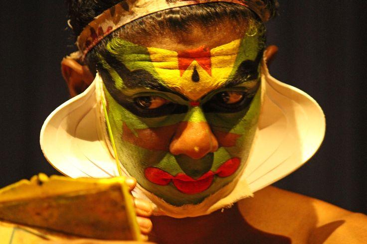 Existem várias danças clássicas indianas, mas a que excede todas no carácter teatral, na minúcia da maquilhagem, e no impacto visual, é a Kathakali.