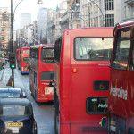 Sono uno dei simboli della capitale britannica: organizzati in una rete super efficiente, su due piani, rossi all'esterno ma nel cuore sempre più verde. Stiamo parlando degli autobus di Londra.