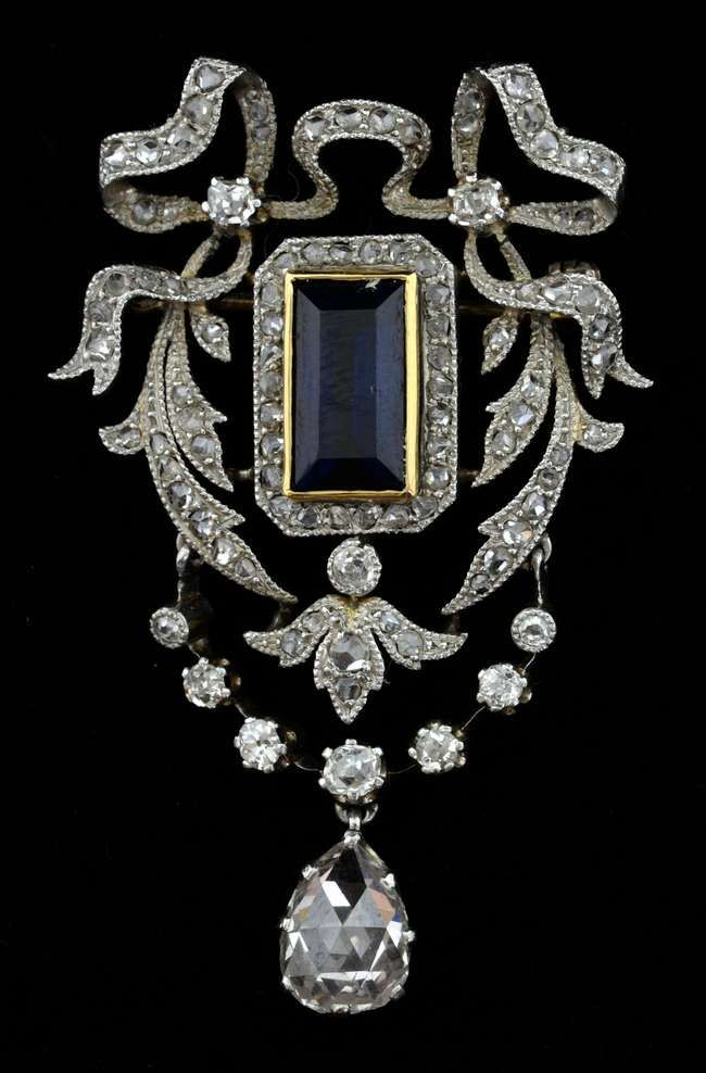 An Edwardian sapphire diamond brooch. Set to the centre with a step-cut…