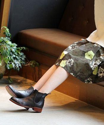 昨年から引き続き今季もサイドゴアブーツが人気です。いろいろなスタイルと相性が良くて、とても履きやすい。1足持っていると、足もとのコーデに困ったとき、きっと役立ってくれますよ。