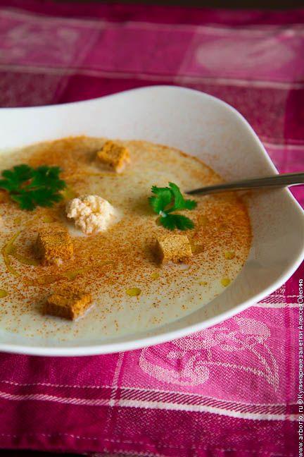 Быстрый рецепт супа-пюре из цветной капусты, который может подаваться как горячим, так и холодным, насыщая зимой и освежая летом.