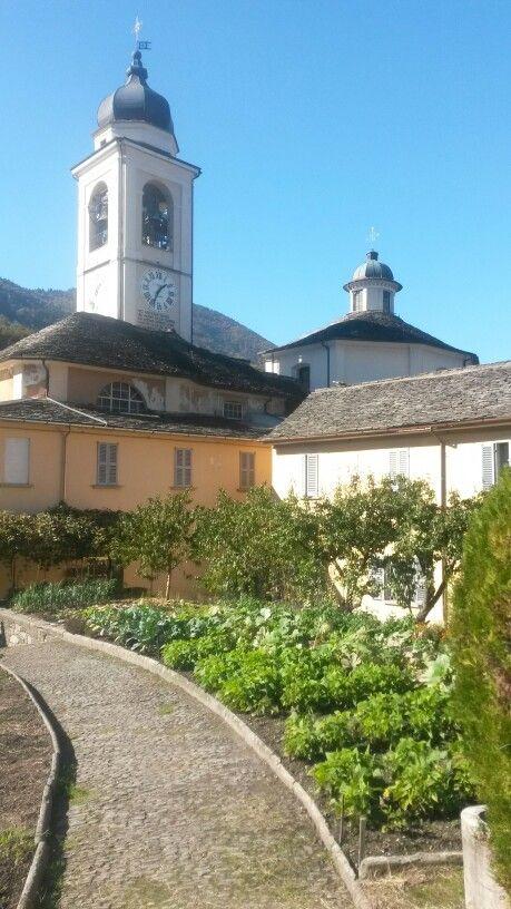 Campanile e santuario visti dall'interno dei giardini Rosminiani. #sacrimontisocial