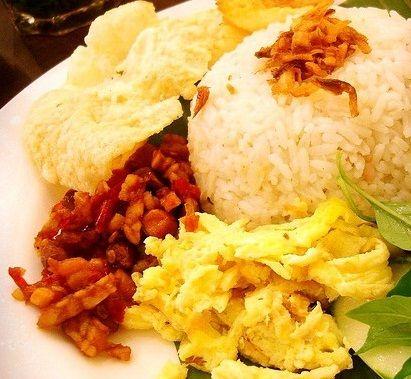 Resep Nasi Uduk Sambal Kacang Mirip Nasi Uduk Kebon Kacang Banyak sekali orang menyukai nasi uduk karena nasinya lebih wangi dan enak. Nasi uduk ini dibuat dari nasi putih yang diaron dan di kukus dengan santan, yang dibubuhi dengan berbagai macam bumbu seperti pala, cengkih, kayu manis, lengkuas, serai, dan…
