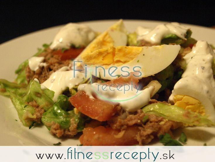 Potrebujeme (4 porcie): 280 g tuniaka hlávkový šalát šalátovú uhorku 2 veľké rajčiny 2 vajíčka Na dressing: biely jogurt soľ mleté čierne korenie horčicu bylinky (tymián, bazalka, oregano...) Nutričné hodnoty (1 porcia): 662 kJ Bielkoviny: 20 g Sacharidy: 4 g…