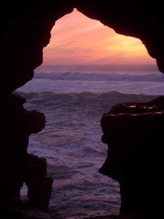 """The caves of Hercules -La grotta ha due aperture, una al mare e uno di terra. L'apertura del mare è noto come """"The Map dell'Africa"""", si ritiene che i Fenici creato l'apertura mare che è a forma di Africa, quando visto dal mare. Ci sono anche alcuni segni sul muro a forma di occhi, che si dice essere fatto dai Fenici , che compongono una mappa del territorio. La grotta stessa è parte dall'uomo naturale e parte. L'uomo fatto parte è stato utilizzato da Berberi per tagliare ruote d Cerca con…"""