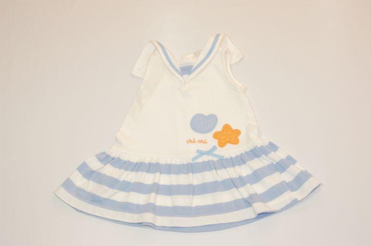 Vestido veraniego, tipo marinero blanco y rayas azules.Abertura trasera con botones.De 6  meses.Marca El Corte Inglés.