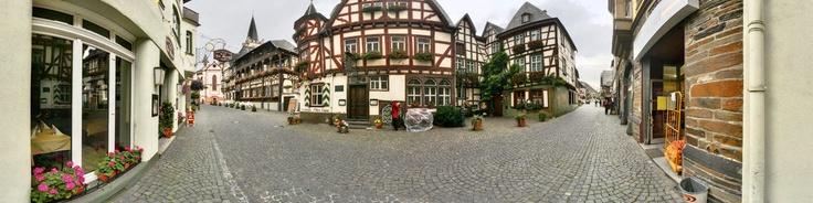 http://de.wikipedia.org/wiki/Bacharach Bacharach (auch als Bacharach am Rhein bekannt) ist eine Stadt im UNESCO-Welterbe Oberes Mittelrheintal im Landkreis Mainz-Bingen in Rheinland-Pfalz (Deutschland). Der ursprüngliche Name Baccaracus deutet auf einen keltischen Ursprung hin. Oberhalb des Ortes erhebt sich die Burg Stahleck (heute eine Jugendherberge).Bacharach ist in mehrere Ortsteile gegliedert. Der Ortsteil Steeg liegt im Steeger Tal quer...