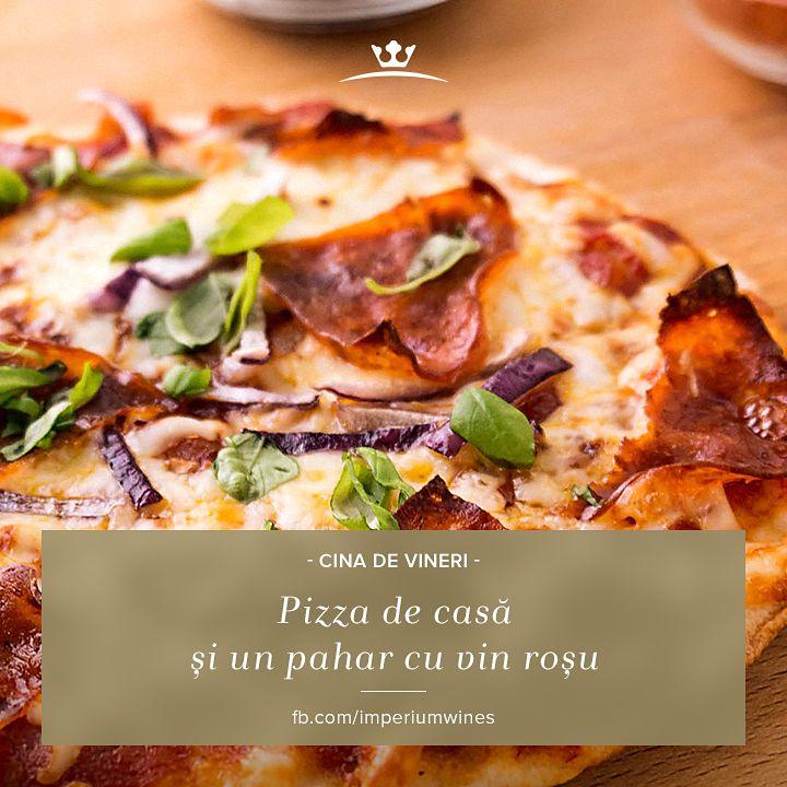 Pentru o cină sățioasă și gustoasă, nu ai nevoie decât de câteva ingrediente, puse laolaltă după sfaturile de aici: http://www.foodstory.ro/cum-sa-guides/5-trucuri-ca-sa-faci-pizza-mai-buna-acasa, și un pahar cu vin roșu aromat!